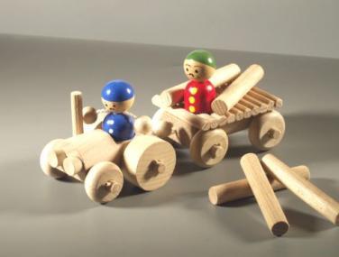 Dřevěná hračka traktor
