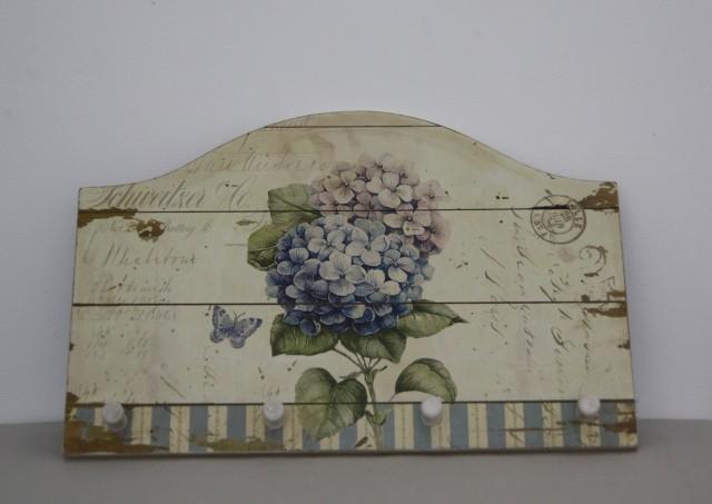 Dřevěný věšák Hortenzie