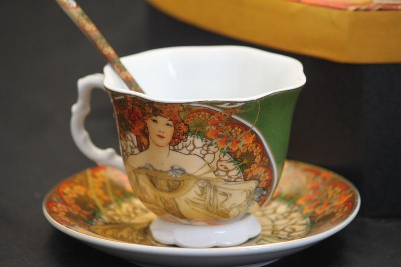 Porcelánový šálek A. Mucha Léto