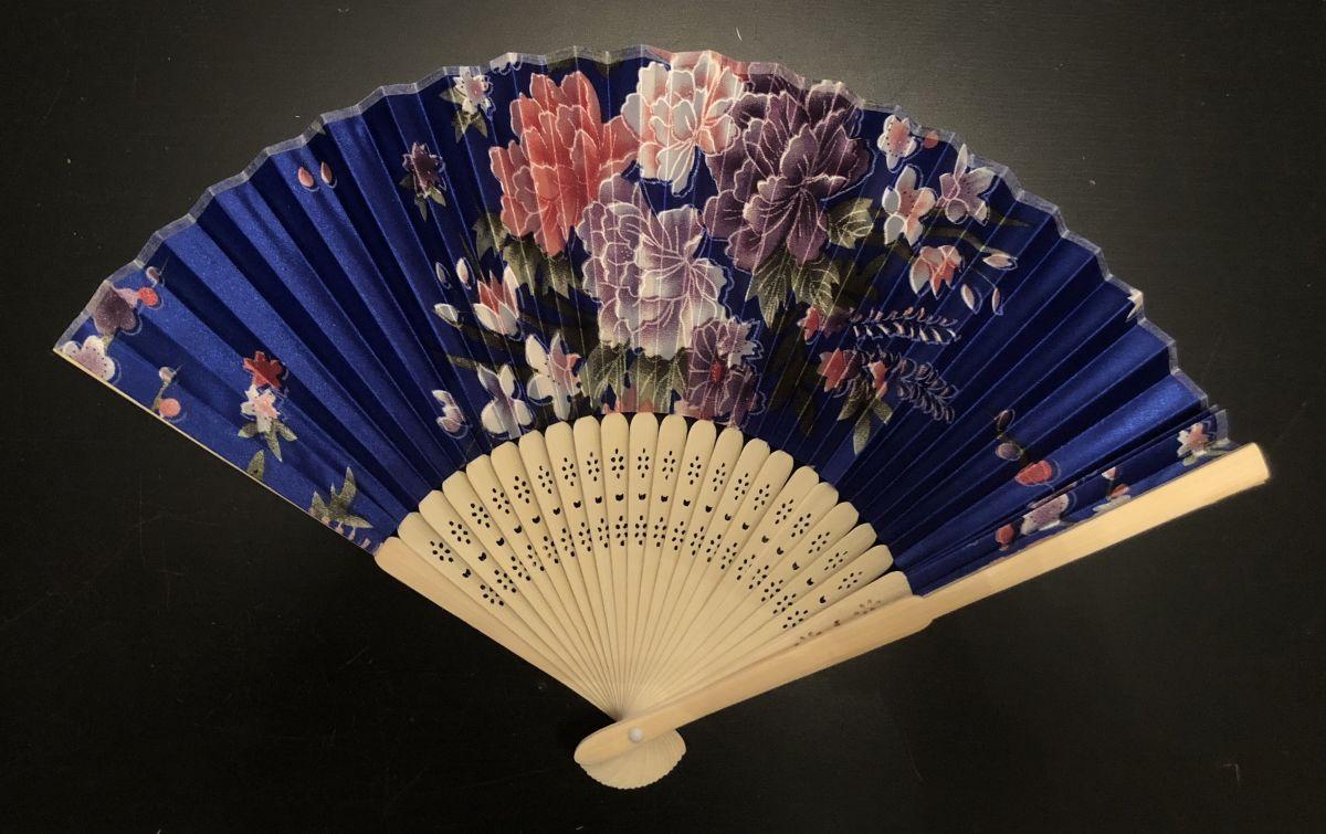 Vějíř saténový Květiny růžovofialové modrý