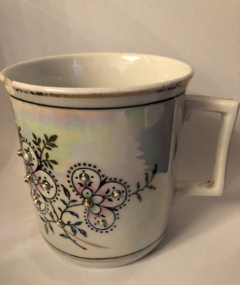 Starožitný porcelánový hrnek S perličkami a perleťovým efektem