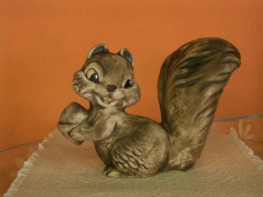 Keramická Veverka s ořechem