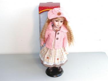 Porcelánová panenka s růžovým kloboukem
