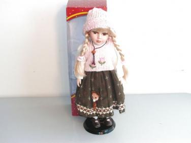 Porcelánová panenka s růžovou čepicí