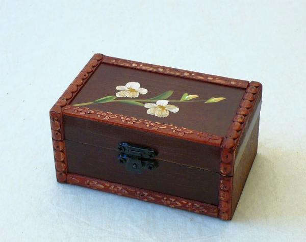 Dřevěná šperkovnice S květinou