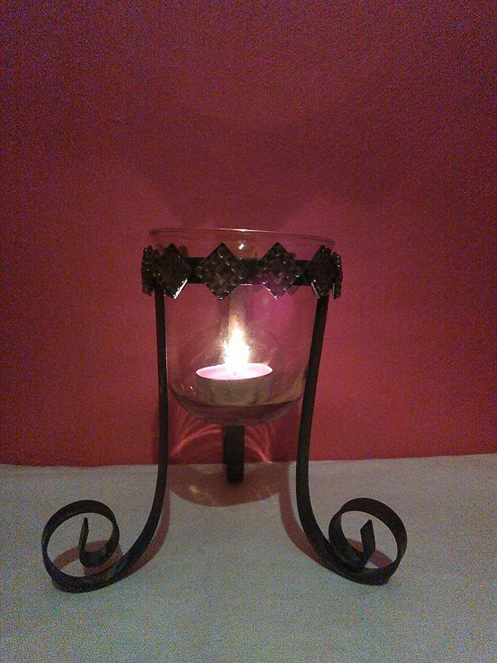 Lampička - kovový svícen s ornamenty poškozeno