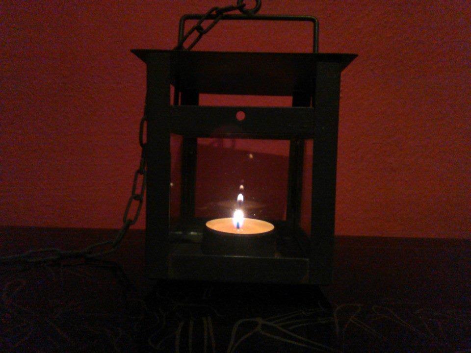 Kovová lampička k pověšení