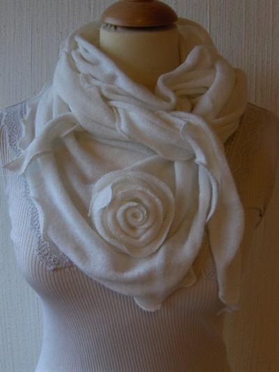 Bavlněný teplý šátek S růží bílý