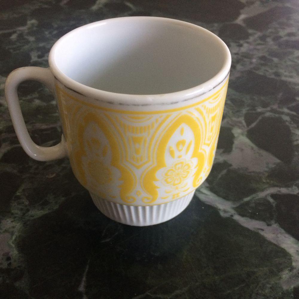 Porcelánový retro hrnek Žlutý prodáno