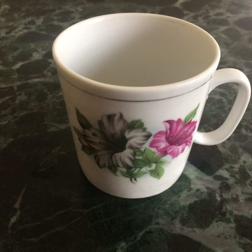 Porcelánový retro hrnek Květiny