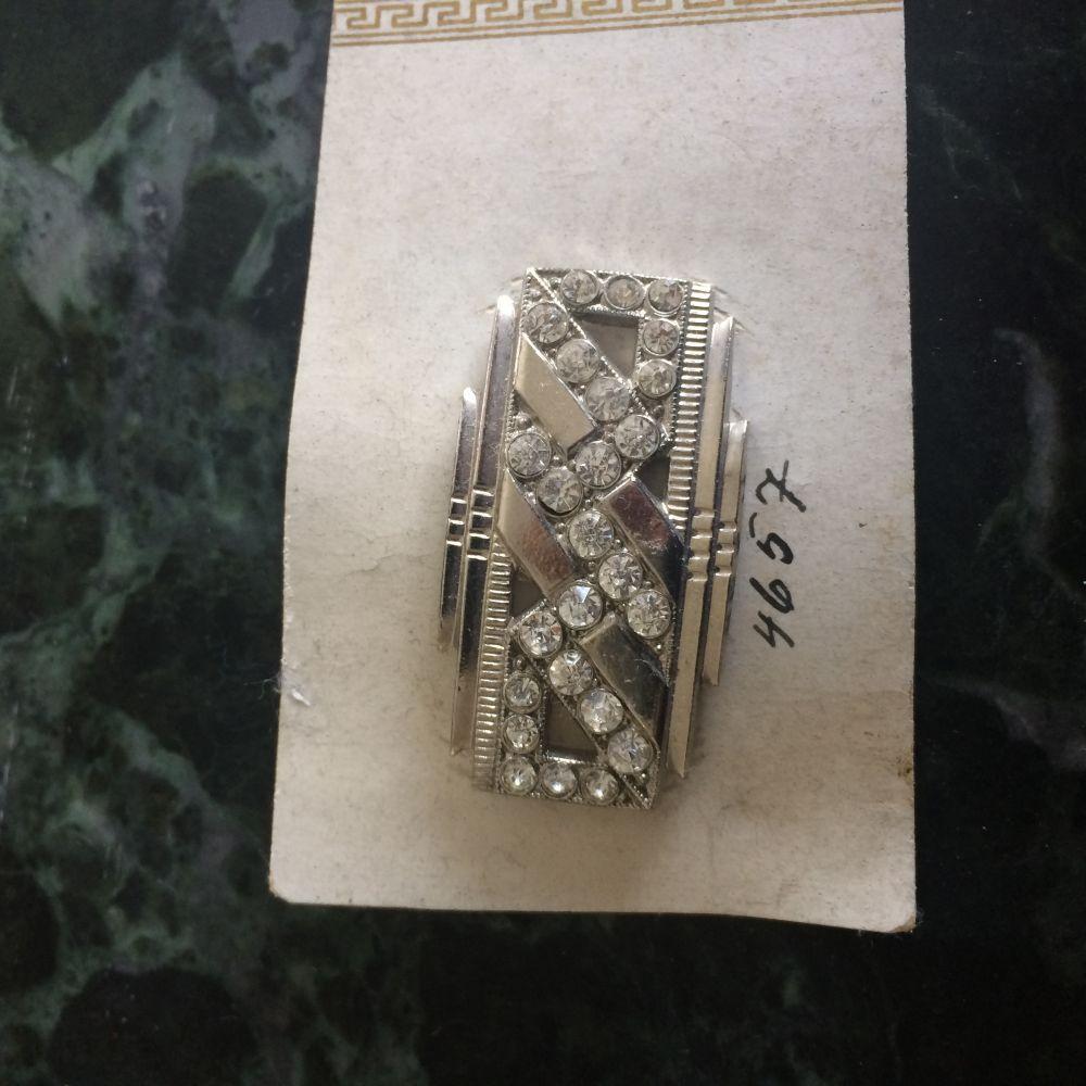 Brož s kamínky ze stříbrného kovu Mřížka