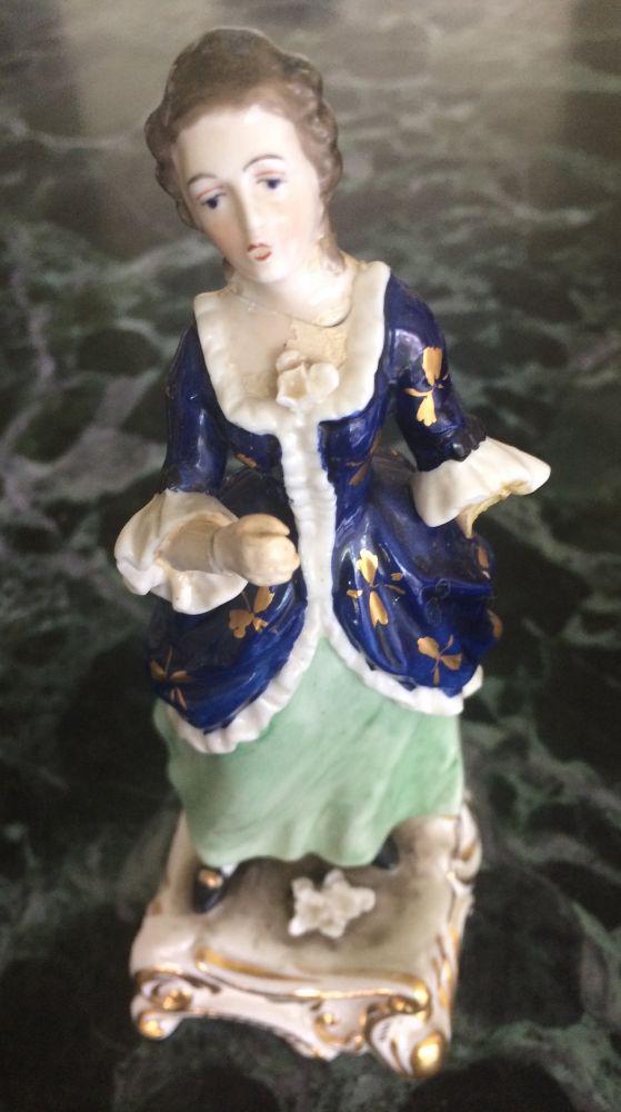 Porcelánová soška Žena modré šaty