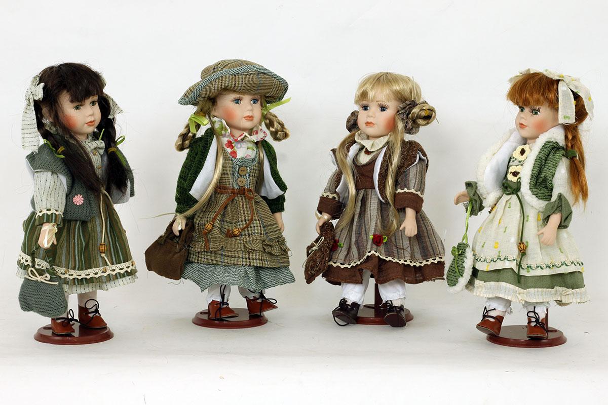 Porcelánová panenka Bruneta s copánky