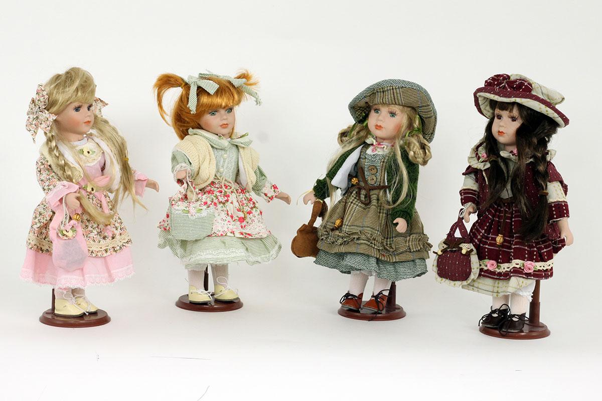 Porcelánová panenka Rusovláska s culíky s květovanou zástěrou.