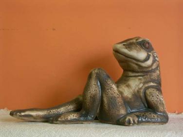 Keramická Žába s nataženou nohou
