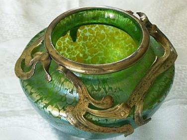 Irisovaná váza Loetz se železnou montáží